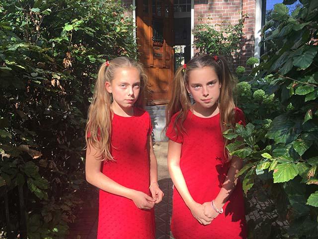 Cecilia en Juliette uit groep 7 van de Annie MG Schmidtschool zijn de winnaressen geworden van de Ellie en Nellie look-a-like wedstrijd